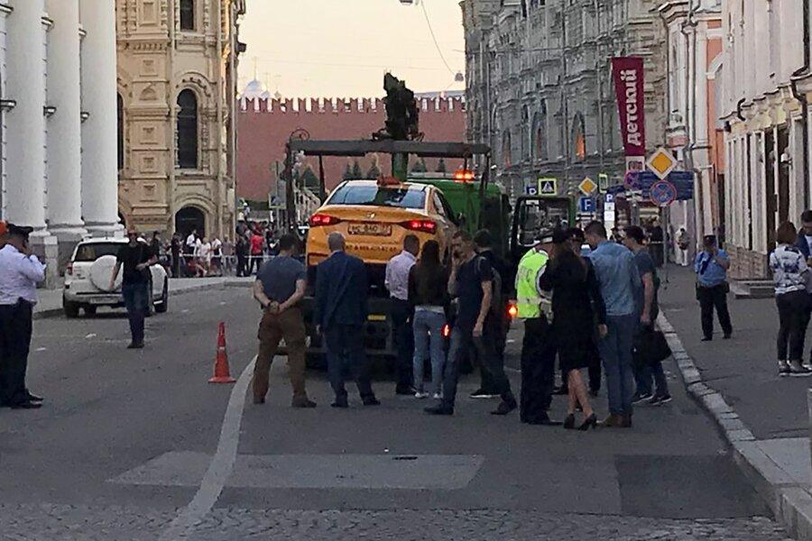 Moskvas sõitis takso inimestele otsa. Viga said ka Mehhiko koondise poolehoidjad.