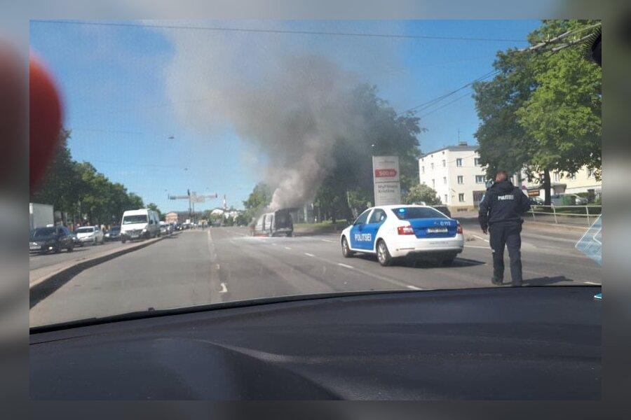 VIDEO ja FOTOD   Kristiine keskuse ees süttis auto, liiklus suleti