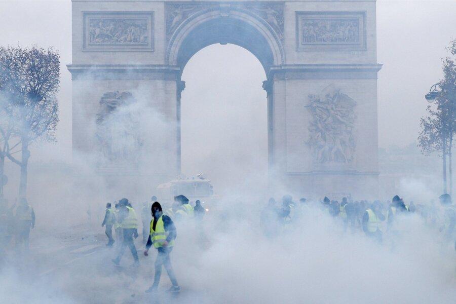 VIDEO   Macron kaalub vägivallapuhangu tõttu erakorralise seisukorra kehtestamist