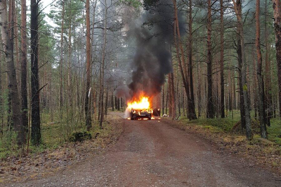 Liiva kalmistul põles auto