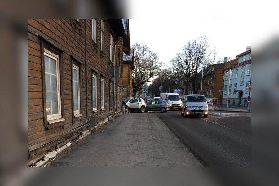 FOTOD ja VIDEO   Põhja-Tallinna kurikuulsal ristmikul toimus kahe sõiduauto kokkupõrge