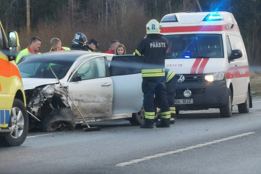 VIDEO ja FOTOD | Tallinna-Tartu maanteel põrkasid kokku kaks sõiduautot, liiklus on häiritud