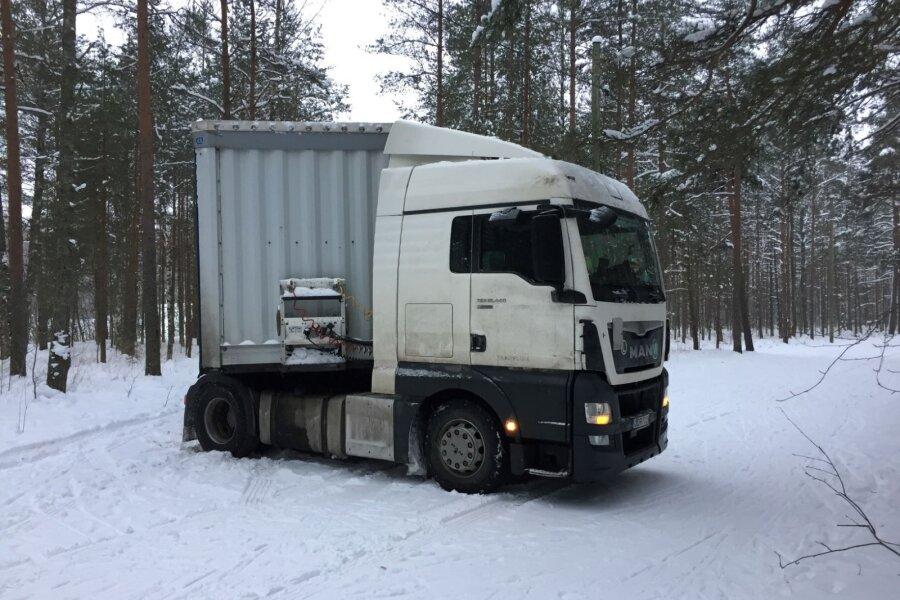 VIDEO ja FOTOD | Usalda, aga kontrolli! Leedukast veokijuht sattus suusarajale GPS-seadme juhiseid järgides