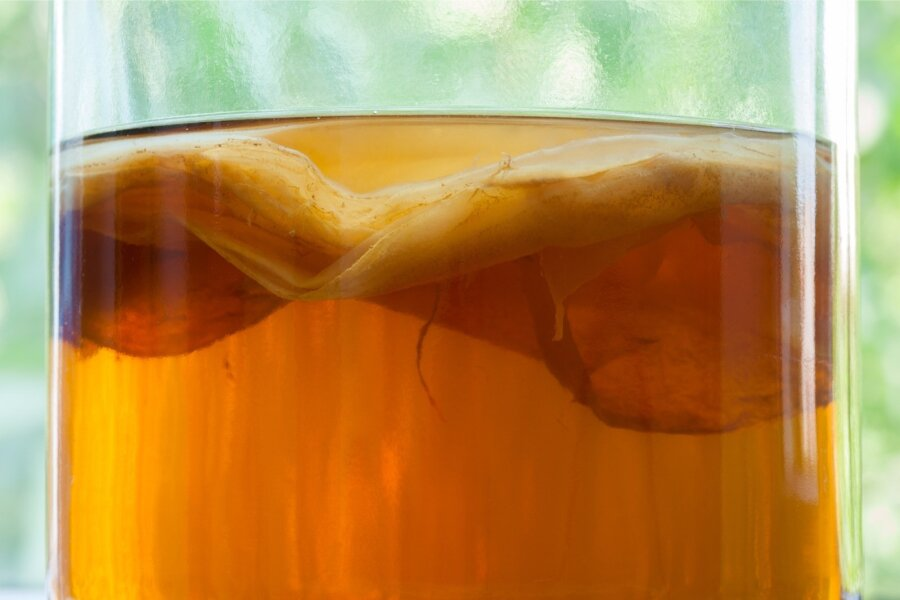 Teeseen hakkab tees fermenteerudes elama ja kasvatab omale iga käärituskorraga peale uue kihi.