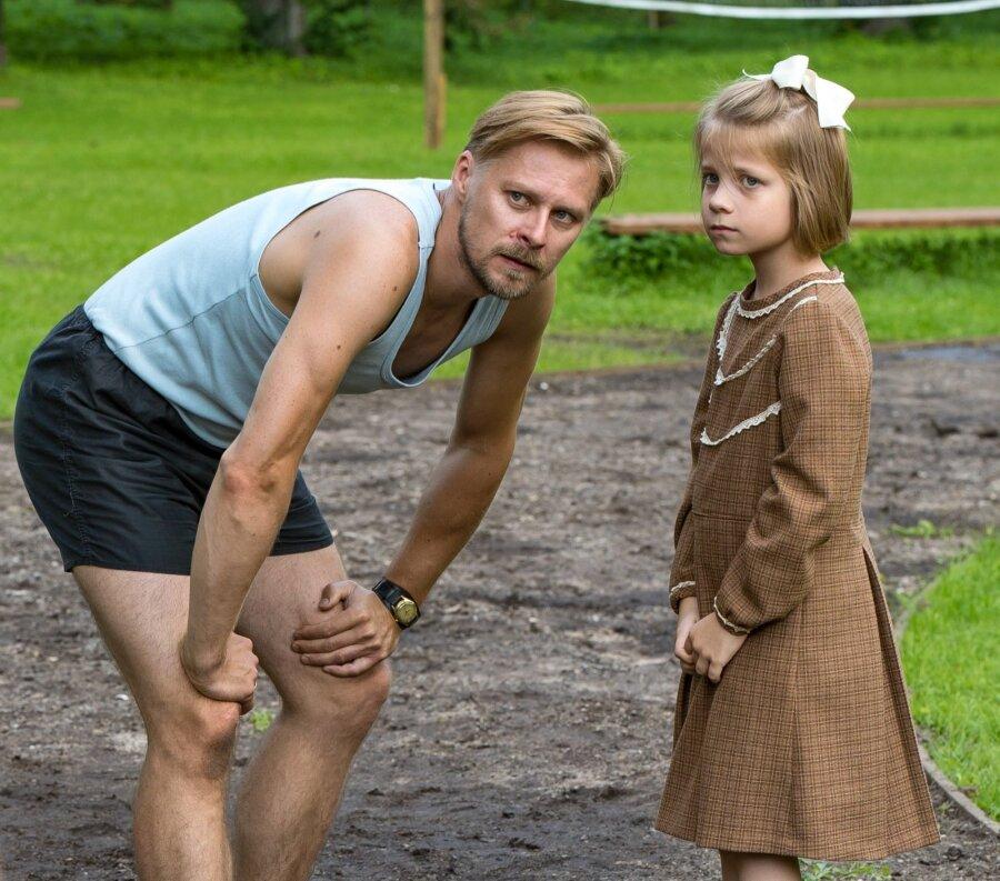 """02d85a0d474 """"Seltsimees laps"""". Väike Leelo (Helena-Maria Reisner) isaga (Tambet """""""