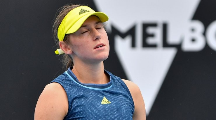 FOTOD | Karmi maratonlahingu pidanud sloveenlanna oksendas Australian Openil väljakule ja prügikasti
