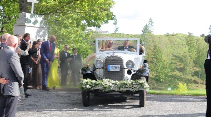 VIDEO   Hõissa! Vaata, kui glamuurselt lahkusid värskelt abiellunud Tudebergid kirikust!