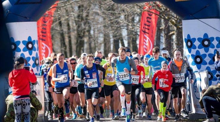 FOTOD | Tänasel Tallinna Sinilillejooksul jooksis koos presidendiga veteranide auks üle 700 jooksja