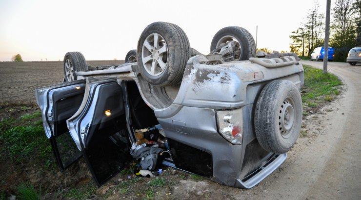 FOTOD   Maasturijuht keeras sõiduki katuse peale, pääses õnnekombel vigastusteta