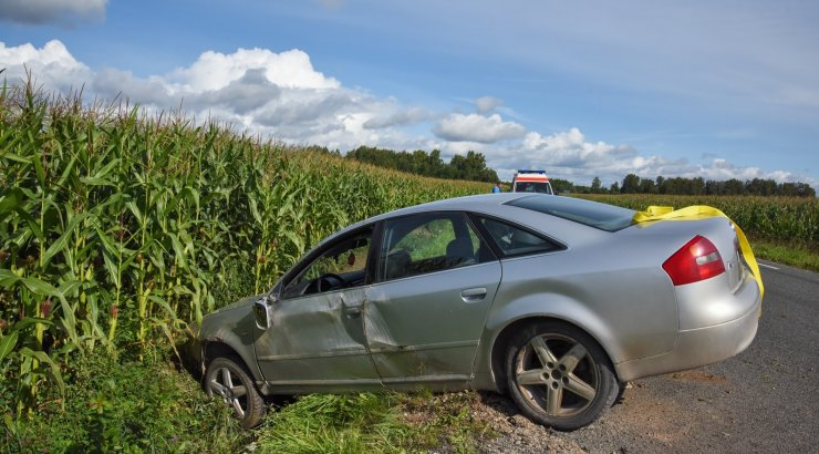 FOTOD | Viljandimaal sõitis auto juhi tähelepanematuse tõttu kraavi