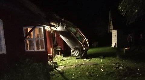 FOTO | Teelt välja sõitnud auto lennutee lõppes katuse najal