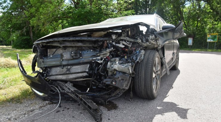 FOTOD | Viljandimaal kaldus auto vastassuuna vööndisse ja põrkas vastu teepiiret