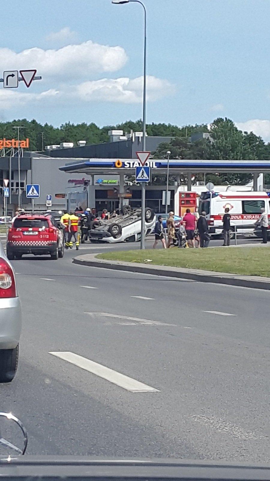5f9726d8138 LUGEJATE FOTOD: Sõpruse puiesteel paiskus auto üle katuse - DELFI