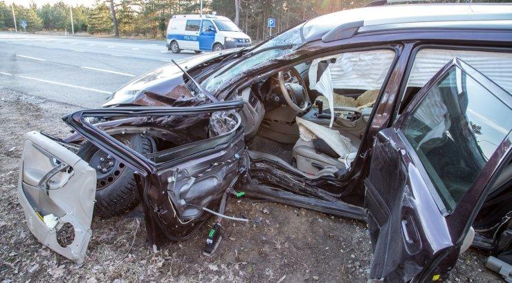 VIDEO JA FOTOD SÜNDMUSKOHALT | Pärnumaal põrkasid kokku liinibuss ja sõiduauto, viga sai kolm inimest