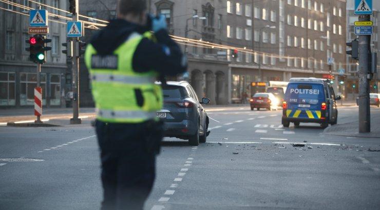 FOTOD | Tallinna kesklinnas juhtus avarii, auto sõitis alarmsõidul olnud politseisõidukile sisse
