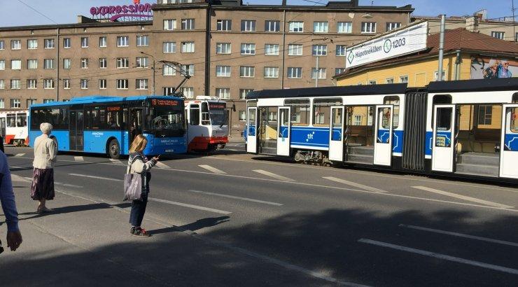 Tallinnas Kosmose peatuse juures põrkasid kokku tramm ja buss
