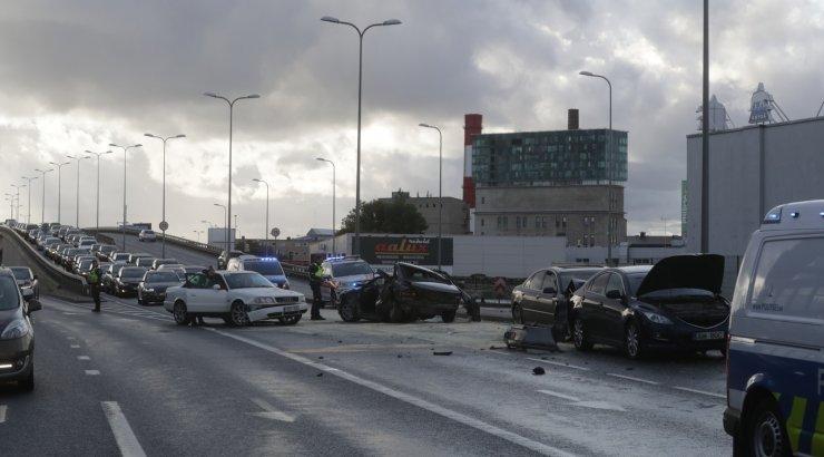 VIDEO JA FOTOD SÜNDMUSKOHALT | Tallinnas Peterburi teel juhtunud liiklusõnnetuses sai kaks inimest raskelt viga