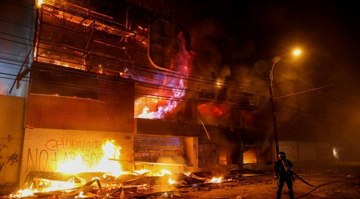 Tšiilis hukkus vägivaldsete meeleavalduste ööl kolm inimest, pealinna tänavatele toodi patrullima sõjavägi