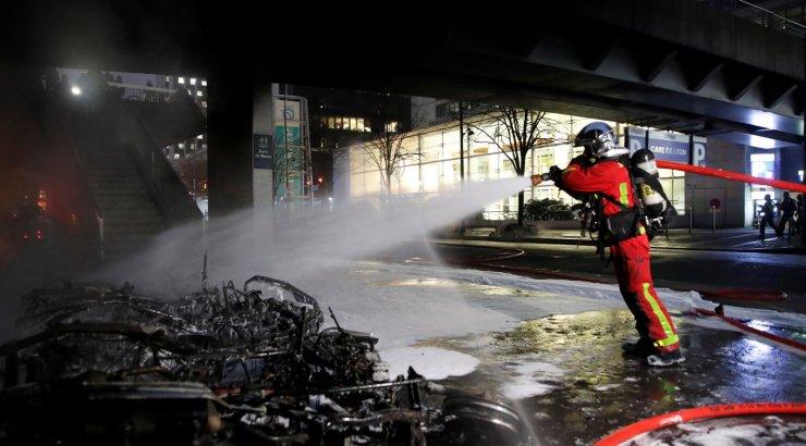 """В Париже полиция применила водометы, чтобы остановить """"желтых жилетов"""""""