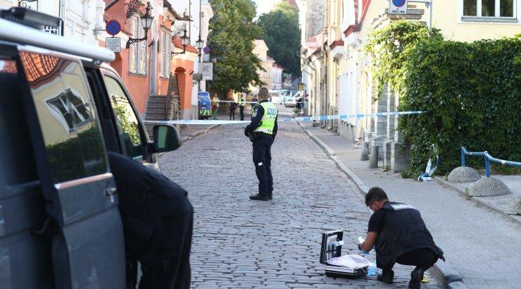 FOTOD SÜNDMUSKOHALT | Leedu saatkonna ees pussitati 26-aastast meest