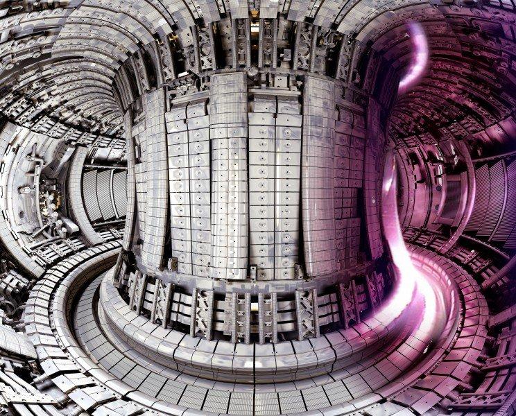baa94a17196 Roosakat plasmat kujutava arvutisimulatsiooniga kombineeritud foto  Ühendkuningriigis asuva termotuumareaktori JET- i (Joint European Torus)  sisemusest.