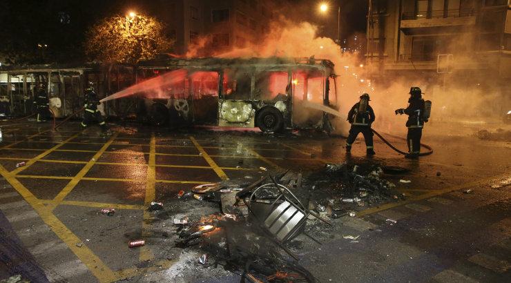 Tšiili president kuulutas vägivalla tõttu välja eriolukorra, suleti ka pealinna metroo
