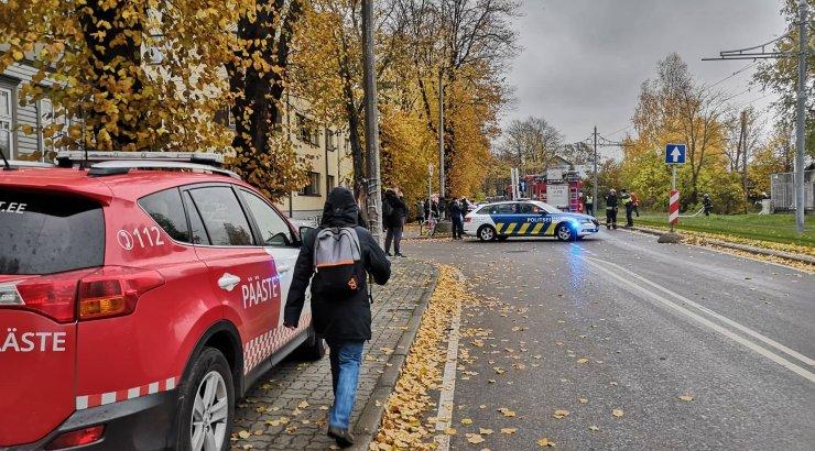 FOTOD | Põhja-Tallinnas põleb mahajäetud hoone. Trammiliiklus seiskus ajutiselt