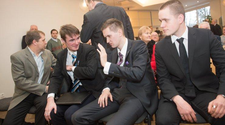 EKRE noortekogulased paluvad Ruuben Kaalepi väljaviskamist:  ta joob ja kiidab turistidele purjus peaga Hitlerit