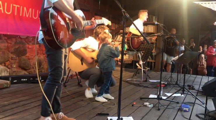 VIDEO | Nunnumeeter põhjas! Tartus hüppas pisike poiss lavale ja laulis Victori ja Stigiga