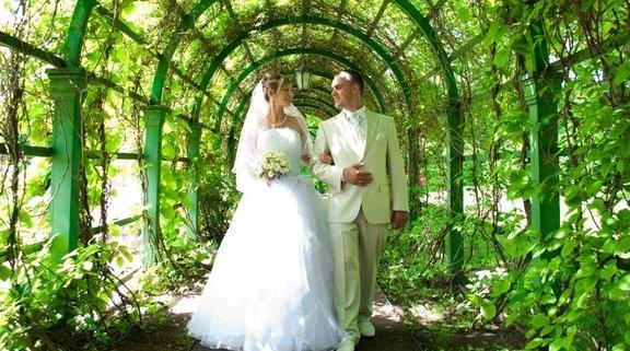 сколько подарить на свадьбу знакомой
