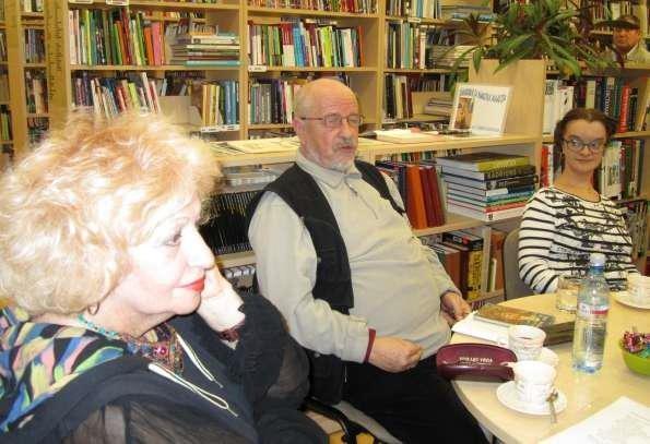 Kiviõli raamatusõbrad kohtusid lugemissaalis kohvitassi taga kirjanikega