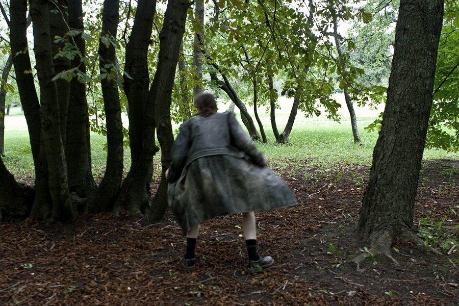 Задирает юбки и убегает