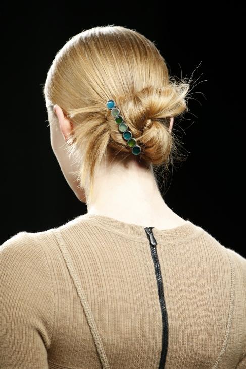 50e676815ac Bottega Veneta rohelistes toonides juukseklamber sobib meeblondide juuste  ja beeži riietusega veatult.