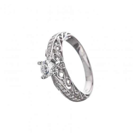 ed86d650096 Veel 10 aastat tagasi ei küsitud kihlasõrmuseks teemandiga sõrmust ja  eelistati pigem kullast valge sünteetilise kiviga sõrmust.