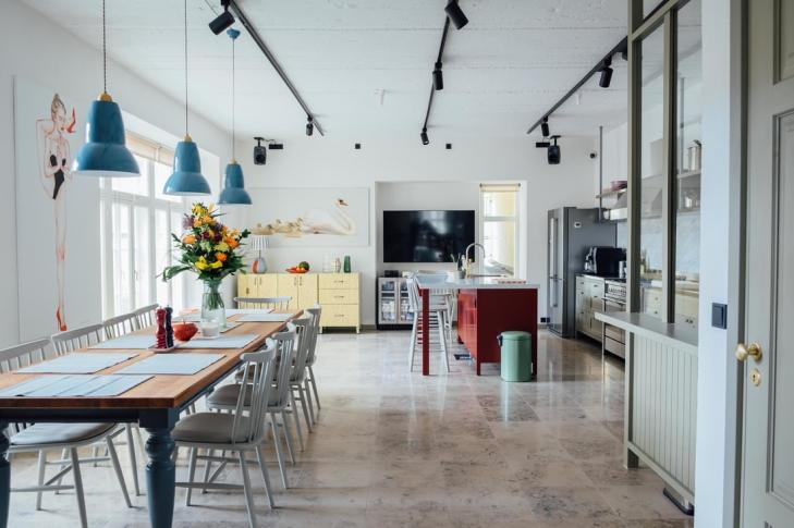 6ff8071b5bc Toompuiestee sisehoovi peidetud 78 ruutmeerine köök paistab silma kõrgete  lagede ja valgusküllaste maast laeni akendega. Sisustusest leiab nii isa  Jaak Arro ...
