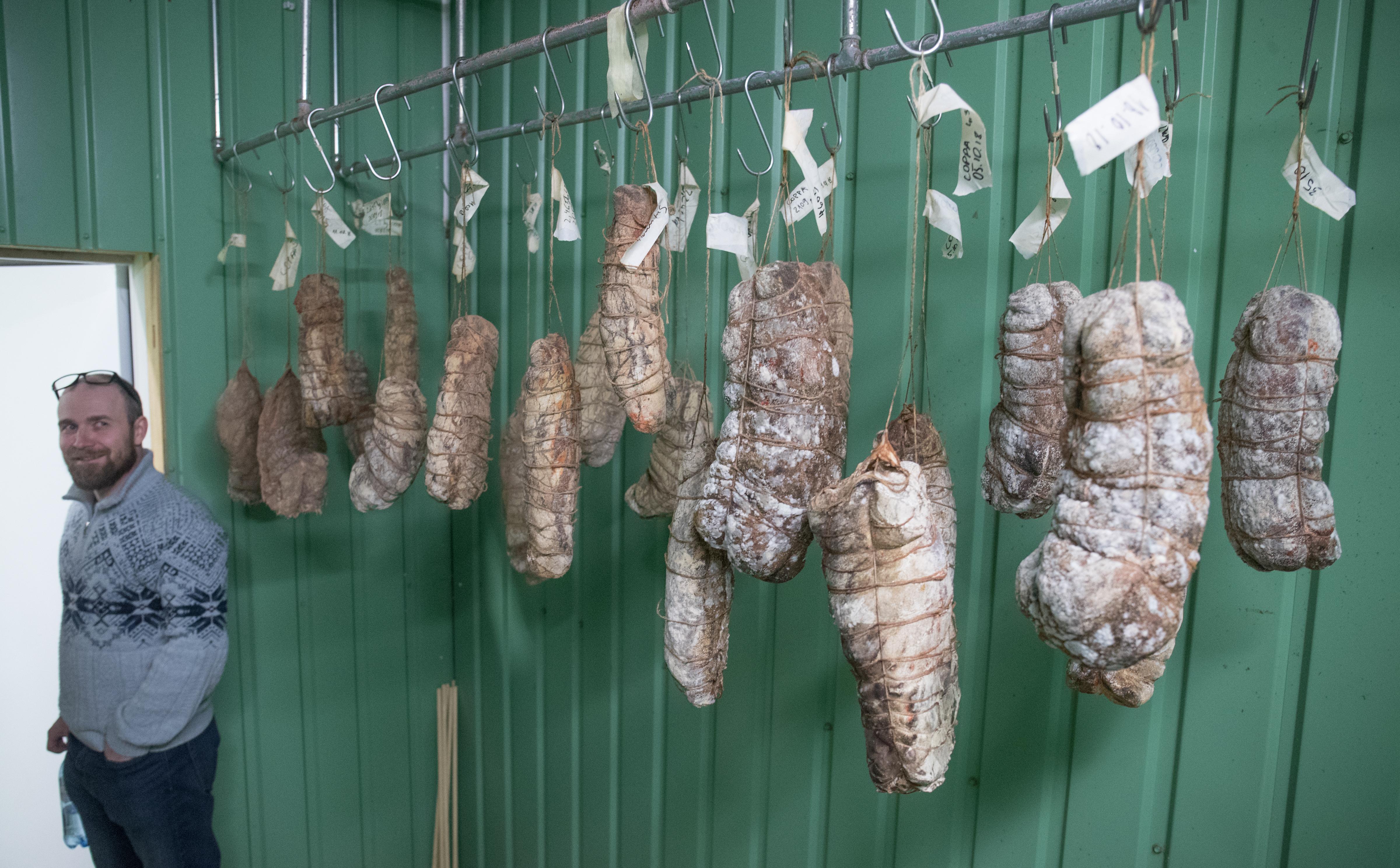 Üks Põhjaka restorani asutajatest Märt Metsallik näitab salaamiruumi Põhjaka tootmishoones