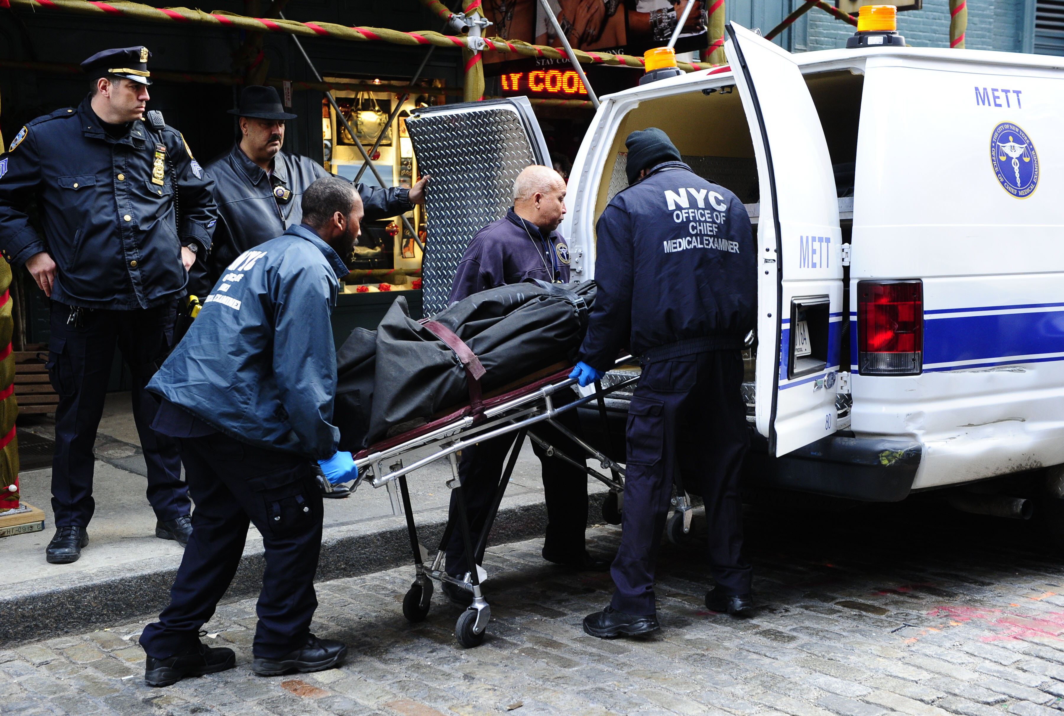 Mark Madoffi surnukeha äraviimine pärast seda, kui ta enesetapu järel leiti.