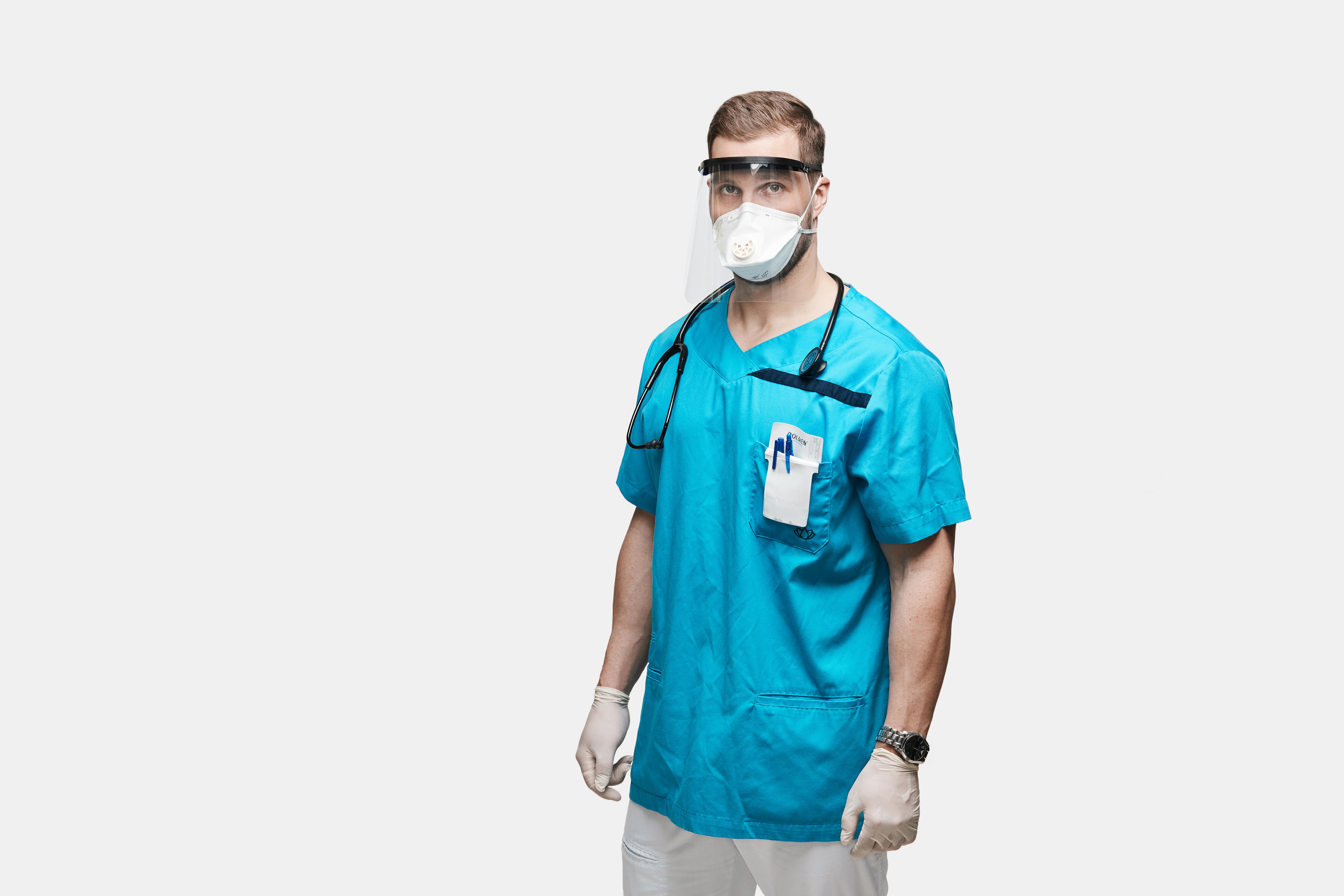 Meditsiinitöötaja kaitsevisiiriga