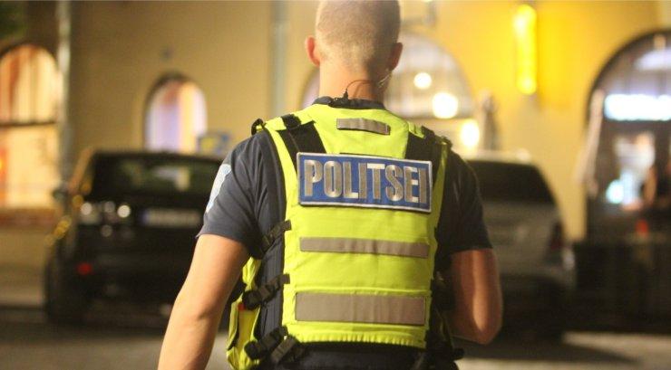 Politsei kasutas naist noaga ähvardanud vanema mehe peatamiseks gaasi, taserit ja kummikuule. Mehe seisund on raske