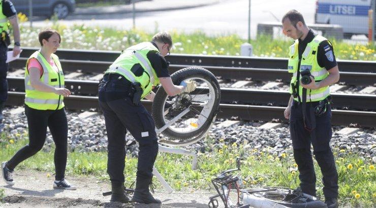 FOTOD | Veerenni raudteeülesõidul jäi jalgrattur rongi alla ja hukkus