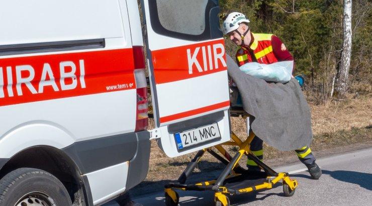 Päev liikluses: 9-aastane poiss sõitis ette kaubikule, veoki rehvi purunemine viis kaks juhti haiglasse