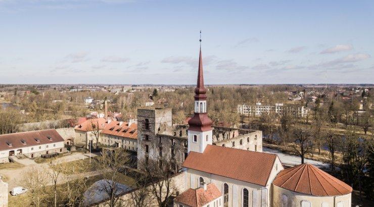Põltsamaal hüppas orelimängija kiriku kellatornist alla