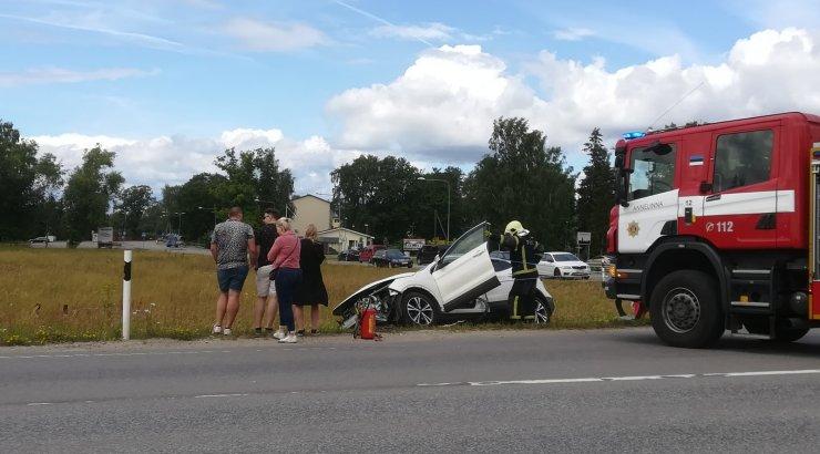 FOTOD | Kõrvekülas põrkasid kokku kaks sõiduautot