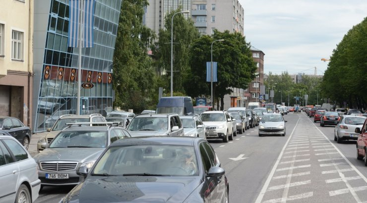 Teadmiseks autojuhtidele: Liivalaia tänaval suletakse avariitöödega seoses kaks sõidurida
