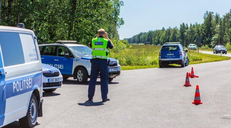 FOTOD   Politseinikud kontrollisid Läti piiri lähedal sõidukijuhte