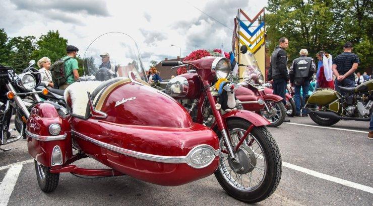 FOTOD   Vanamootorrataste omanikud näitasid Viljandis masinaid