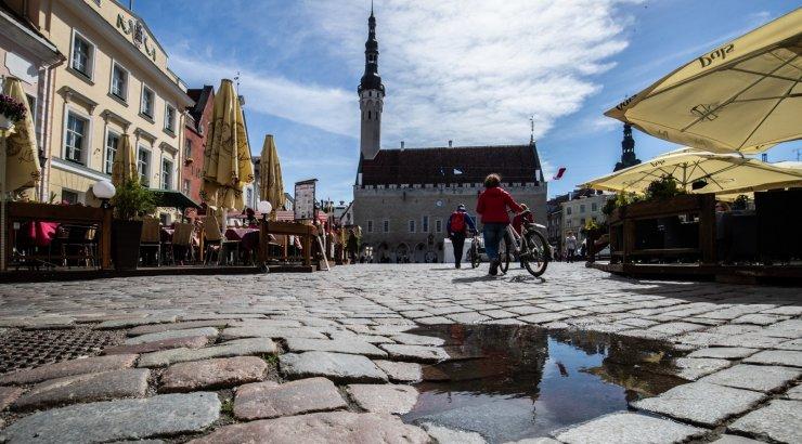 FOTOD   Tallinna Raekoja platsi sillutis saab kohalikeks valimisteks korda