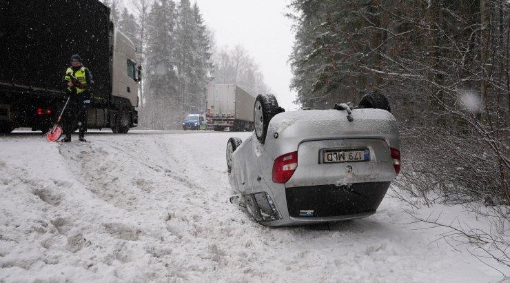 FOTOD   Tallinna-Tartu maanteel juhtus nelja autoga liiklusõnnetus