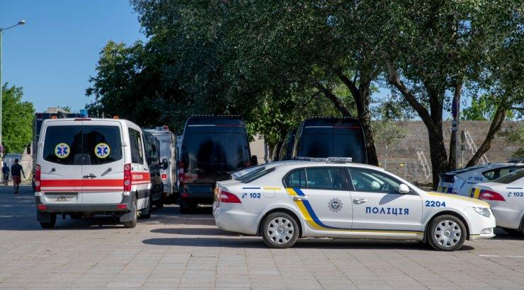 FOTOD | Ettevalmistused Nolani filmi võteteks? Tallinna linnahalli juures on hulgaliselt Ukraina kiirabi- ja politseiautosid
