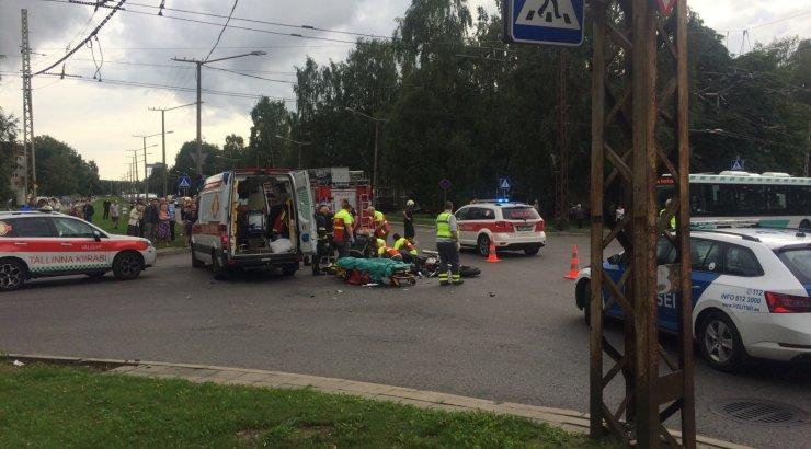 FOTO | Tallinnas Mustamäe teel põrkasid kokku mootorratas ja auto, mootorrattur sai raskelt viga